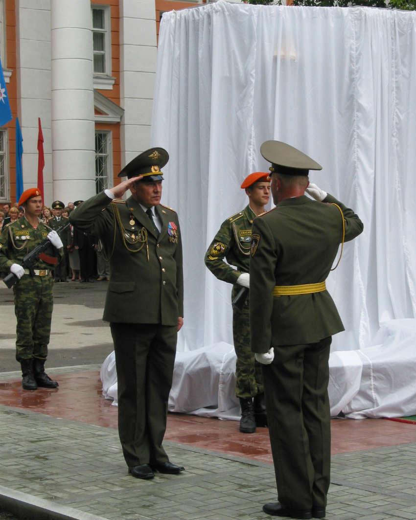Открытие памятника погибшим выпускникам (июнь 2004 год)